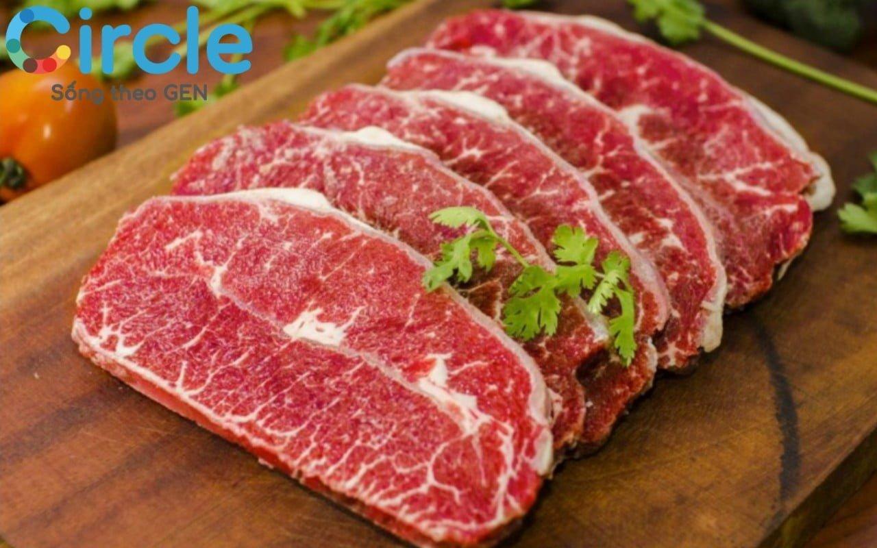 Thịt bò là thực phẩm giàu sắt và protein, rất cần thiết trong chế độ ăn dặm cho trẻ sơ sinh.