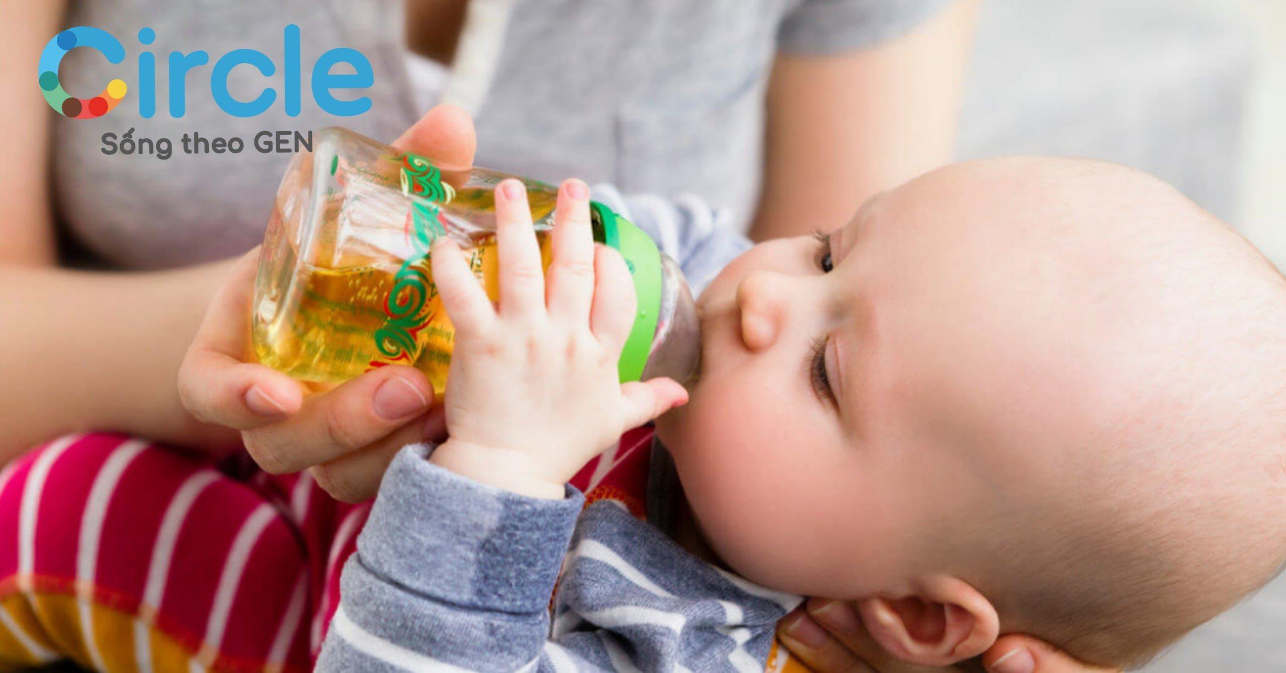 Nước ép trái cây pha theo tỷ lệ 1 nước trái cây nguyên chất : 10 nước lọc sẽ cung cấp nhiều vitamin và khoáng chất, giúp tăng cường sức đề kháng cho bé.