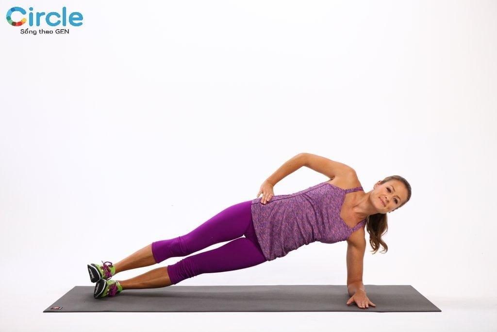 Hãy cố gắng giữ thăng bằng thật vừng trong động tác này của bài tập giảm cân nhé!