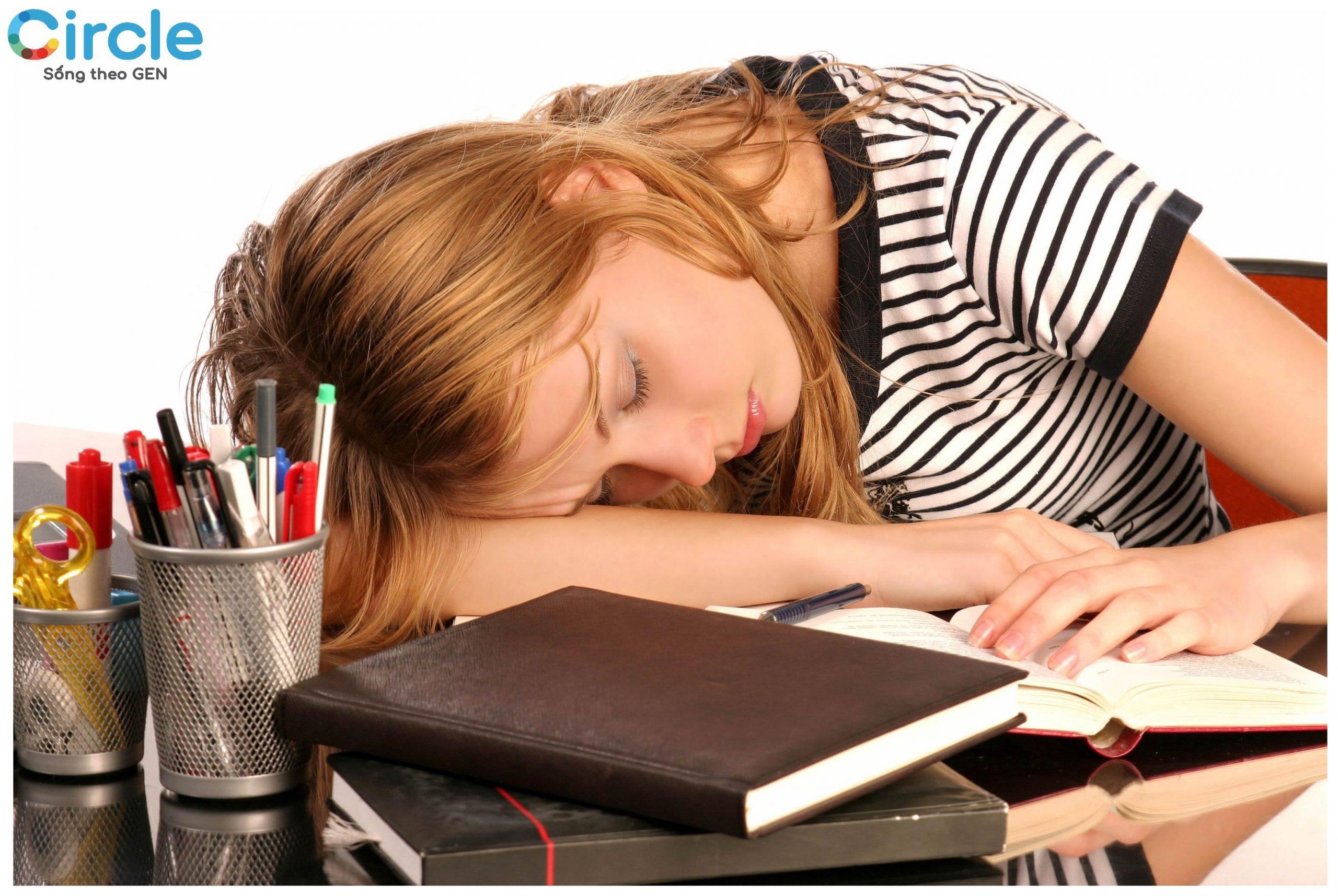 Ngủ nhiều thực sự không có gì tốt cho sức khỏe, đặc biệt là đối với người mắc chứng ngủ lịm và đang ở độ tuổi đi học, đi làm.